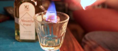 Brennender Absinth kurz vorm Trinken